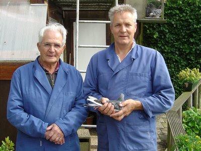 http://www.marathonnoord.nl/content/Vader en Zoon de Jong met de winnende duif_5578.JPG
